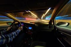 Jadący w nocy scenerii, ręki na kierownicie, noc podeszczowy czas Obraz Stock