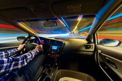 Jadący w nocy scenerii, ręki na kierownicie, noc podeszczowy czas Obraz Royalty Free