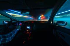 Jadący w nocy scenerii, ręki na kierownicie, noc podeszczowy czas Fotografia Royalty Free