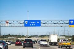 JADĄCY NA autostradzie 7, Czerwiec 29, 2016: Znak uliczny dla Yong Obraz Royalty Free