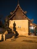 Jade Buddha, die im Lotussitz und in den Formen ein Schatten auf der Wand des Tempels sitzt Lizenzfreies Stockbild