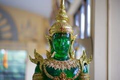Jade Buddha met Groene en Gouden zitting op Achtergrond stock afbeeldingen