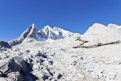 Jade-Drache-Schnee-Berg in China stockbilder