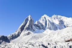 Jade-Drache-Schnee-Berg in China lizenzfreie stockbilder