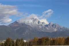 Jade Dragon Snow Mountain foto de stock