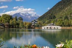 Jade Dragon Snow Mountain e Dragon Pool preto, Lijiang, província de Yunnan, China imagens de stock royalty free