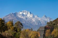 Jade Dragon Snow Mountain em Lijiang, Yunnan, China fotos de stock