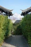 Jade Dragon Snow Mountain sobre el tejado Foto de archivo