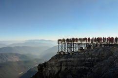 Jade Dragon Snow Mountain ? un posto in cui i turisti cinesi preferiscono viaggiare in macchina la cabina di funivia immagine stock