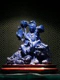 Jadeskulptur av Guanyin på lejonet, gudinna av förskoning i Kina Arkivbilder