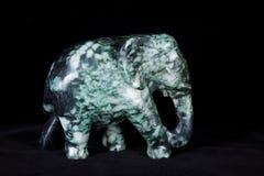 Jadeskulptur des Elefanten lokalisiert auf schwarzem Hintergrund Lizenzfreie Stockfotos