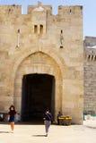Jaffa bramy zakończenia strzał Turystów turyści przychodzi out i iść Zdjęcia Stock