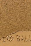 Jag älskar Bali - formulera skriftligt vid handen på stranden med mjuka vågor Resor Arkivfoton
