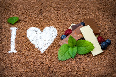 Jag älskar choklad med ny frukt arkivbild