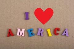 Jag älskar det Amerika ordet på pappers- bakgrund som komponeras från träbokstäver för färgrikt abc-alfabetkvarter, kopieringsutr Arkivfoto