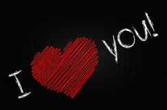 Jag älskar dig handskriven röd hjärta på den svarta svart tavlan Arkivbild