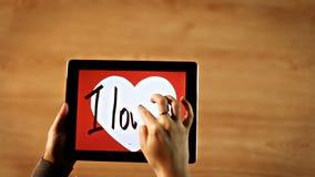 Jag älskar dig kalligrafi Kvinnlig handstil satte en klocka på inre vit hjärta på minnestavlan stock video