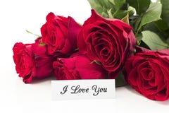 Jag älskar dig kortet med buketten av röda rosor Royaltyfri Fotografi