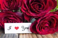 Jag älskar dig kortet med buketten av röda rosor Fotografering för Bildbyråer