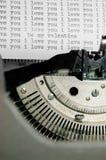 Jag älskar dig och valentinmeddelandetyp på den gammala skrivmaskinen Fotografering för Bildbyråer