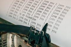 Jag älskar dig och valentinmeddelandetyp på den gammala skrivmaskinen Royaltyfri Foto