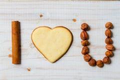 Jag älskar dig satsen som är ordnad med kakor och muttrar Fotografering för Bildbyråer
