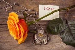 Jag älskar dig text på en kort- och rosblomma Arkivfoto