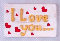 Jag älskar dig textdanande med hemlagade kakor på en trätabell f Arkivfoton