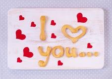 Jag älskar dig textdanande med hemlagade kakor på en trätabell f Royaltyfria Bilder
