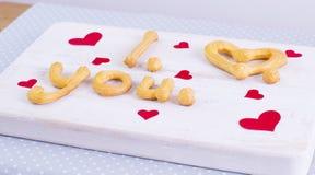 Jag älskar dig textdanande med hemlagade kakor på en trätabell f Fotografering för Bildbyråer