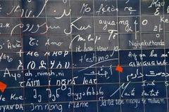 Jag älskar dig väggen av Paris (Le mur des jet'aime) i Paris, Frankrike Arkivbilder