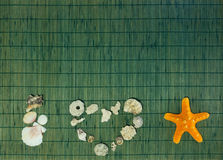 Jag älskar havsskalinskriften med bakgrund för mellanrumsgräsplanbambu Royaltyfria Bilder
