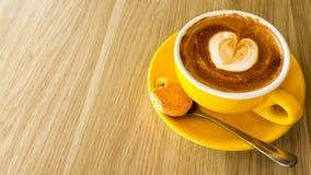 Jag älskar kaffe i en gul kopp Arkivbilder