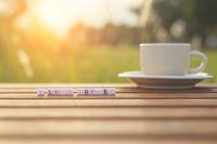Jag älskar kaffe som är skriftligt i bokstavspärlor, och en kaffekopp på tabellen Arkivbilder