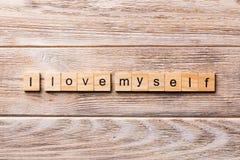 Jag älskar mig ordet som är skriftligt på träsnittet Jag älskar mig text på trätabellen för din desing, begrepp royaltyfria foton