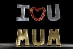 jag älskar mumen dig Silver- och guldbokstäver med röd hjärta royaltyfria foton