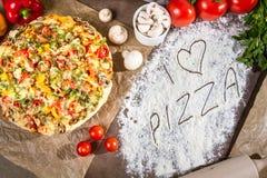 Jag älskar pizza med nya grönsaker Arkivfoton