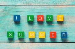 JAG ÄLSKAR skriftlig SOMMAR i färgrika träkvarter på en träbaksida Fotografering för Bildbyråer
