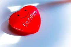Jag är att falla som är förälskat med dig i röd hjärta Royaltyfria Foton