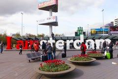 Jag är det Amsterdam tecknet på arrivaldepartureingången av Schiphol den internationella flygplatsen Arkivbilder