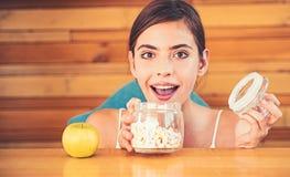 Jag önskar alla dem Den nätta kvinnan föredrar marshmallower till äpplet Kvinnan väljer vilken mat som ska ätas Organiskt och nat royaltyfria foton