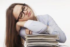 Jag önskar att sova Den unga affärskvinnan tröttade från intelligens för kontorsarbete Royaltyfria Bilder