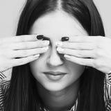 Jag önskar inte att se det!!! Den härliga unga kvinnan täcker henne ögon royaltyfri foto