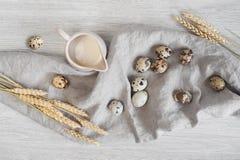 Jag молока, яичек триперсток и пшеницы на linen салфетке Стоковая Фотография RF
