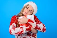 Jag fick så önskad gåva från jultomten! Lycklig förvånad gullig beaut arkivfoton
