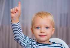 Jag har utmärkt idé Ögon för gulligt litet barn för pojke som blåa pekar det uppåtriktade pekfingret id?rik id? f?r begrepp _ arkivbild