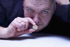 Jag kan inte säga något Munnen av en man stänger sig med mynt måndag Arkivfoton