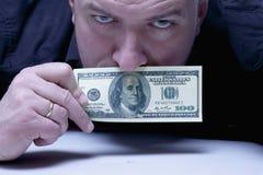 Jag kan inte säga något Munnen av en man stänger sig med US dollar Fotografering för Bildbyråer