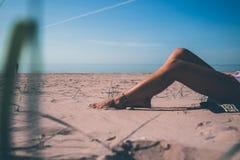 Jag ligger i solen och blicken på solen royaltyfri fotografi
