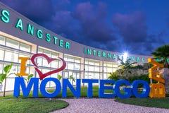 Jag ?lskar det Montego Bay/I hj?rtaMontego Bay tecknet p? Sangster den internationella flygplatsen arkivfoto